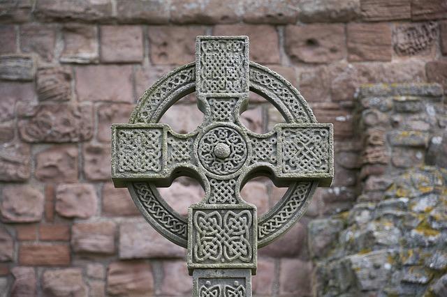 Кельтский крест и стена