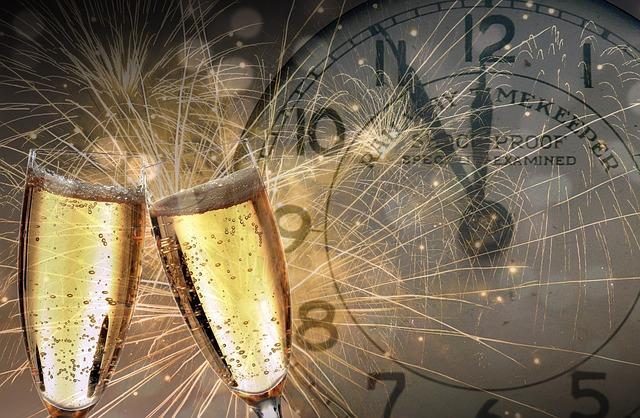 Часы новогодние и бокалы с шампанским